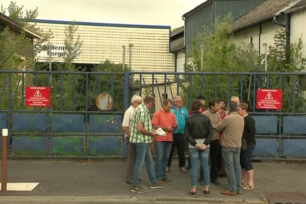 Les ex-salariés d'Ardennes Forges devant leur usine de Nouzonville dans les Ardennes