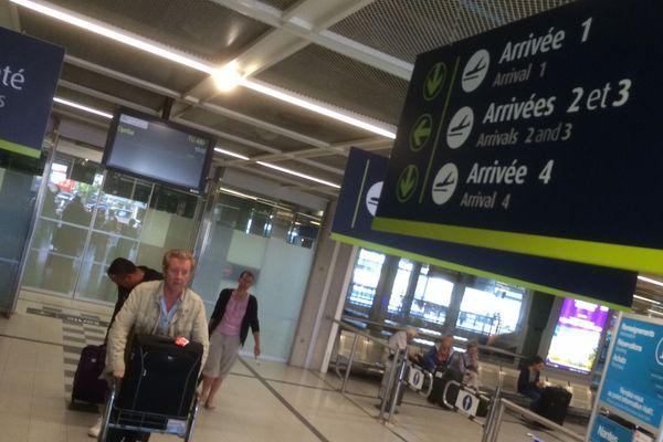 Les derniers voyageurs arrivent dans le hall de l'aéroport de Nantes Atlantique