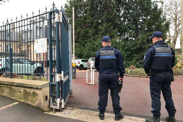 3 janvier 2020. Les policiers municipaux procèdent à la sécurisation de la mairie de Dreux (Eure-et-Loir) après la fusillade.