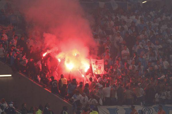 Les supporteurs de l'OM déclenchent des fumigènes dans les tribunes du Groupama Stadium à Lyon le soir de la finale contre l'atlético de Madrid
