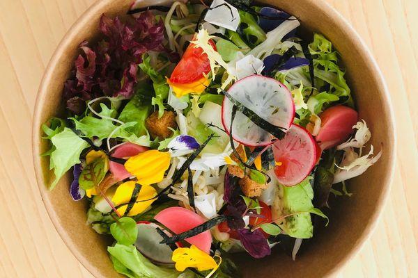 Le restaurant étoilé Racine, à Reims, propose un service de plats à emporter (8 euros la salade, 20 euros le bento).