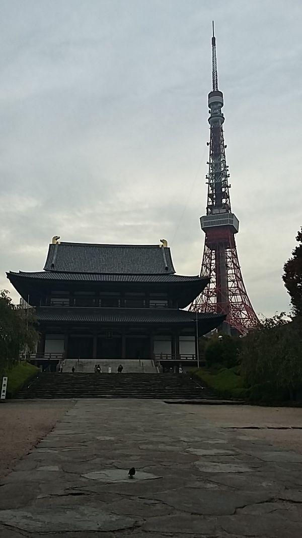 Une image qui résume bien le Japon : l'ancestral temple Zojo-ji, situé à proximité de la Tour de Tokyo (332 mètres, plus haute que la Tour Eiffel).