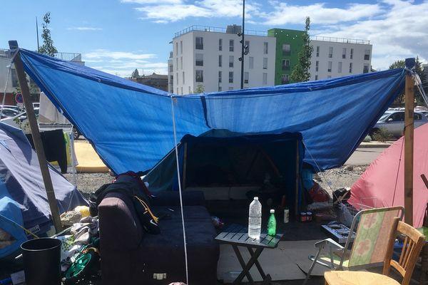 Depuis plus d'un mois, un campement de migrants s'est installé sur le parking Monnier, à Mâcon.