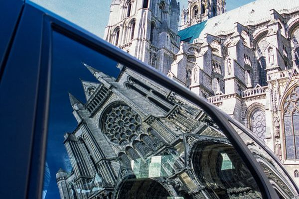 La cathédrale de Chartres dans le reflet d'une vitre de voiture.