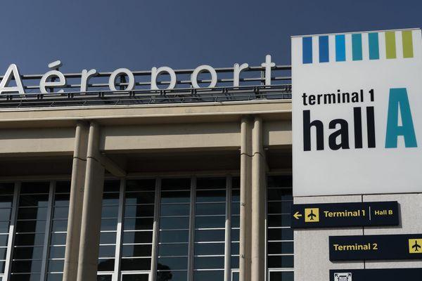 L'aéroport propose des solutions de remplacement, plus chères.