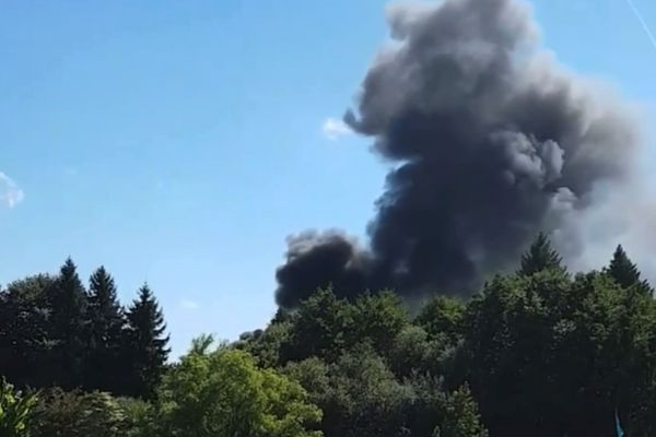 Un épais panache de fumée noire dans le secteur de Couzeix en raison d'un camion qui a pris feu sur la RN 147, le 6 septembre 2021.