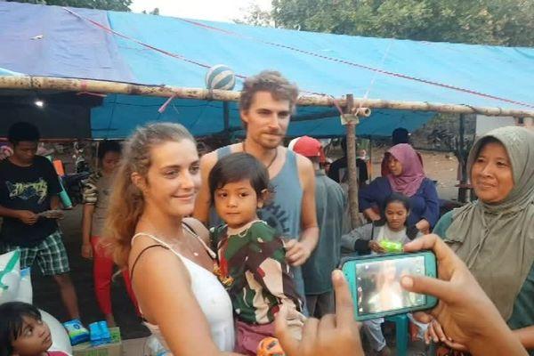 Anne et Florian entourés des victimes du séisme