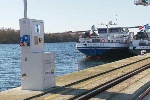 Borne électrique pour alimenter les bateaux de transport fluvial en bord de Seine