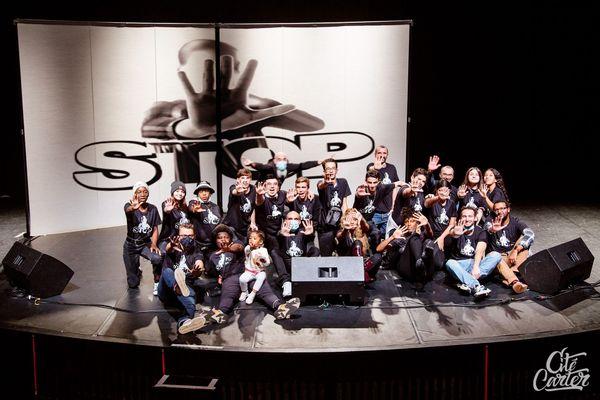 Sur scène, le groupe de jeunes entouré de l'équipe de création lors du spectacle S.T.O.P sur les violences sexistes