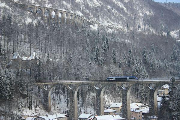 """Avec ses deux viaducs, la """"Ligne des hirondelles"""" est considérée comme une des plus belles lignes de chemin de fer de France."""