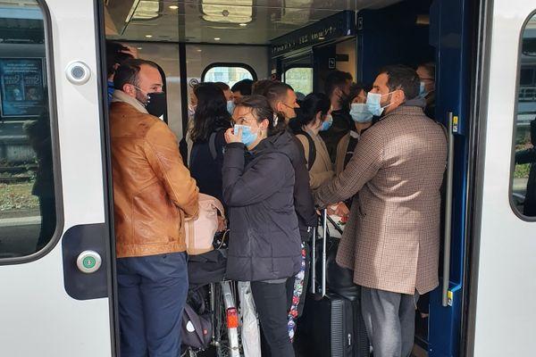 Les voyageurs embarquant à bord du train Cherbourg-Paris en gare de Caen ce lundi après-midi