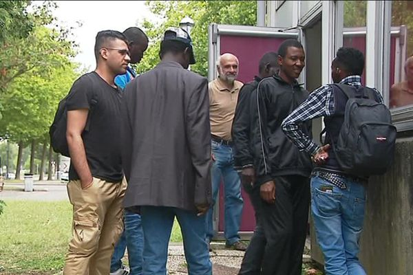 migrants au gymnase Jean-Giraudoux