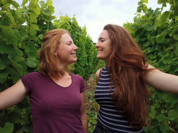 Marion et Lucie Borès : deux sœurs qui se retrouvent autour du théâtre et du vin