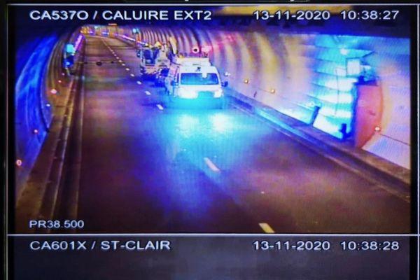 captation d'un des écrans de surveillance du tunnel de Caluire du Boulevard Périphérique Nord de Lyon sur l'intervention en cours