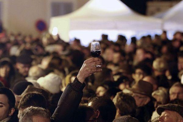 L'arrivée du Beaujolais nouveau  (à consommer avec modération) et la fête des Sarmentelles à Beaujeu (Rhône) en 2017. Une grande fête populaire et un événement devenu une tradition