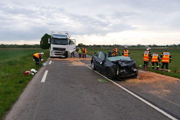 Les pompiers du corps local et de Colmar ont du procéder à la désincarcération d'un conducteur.