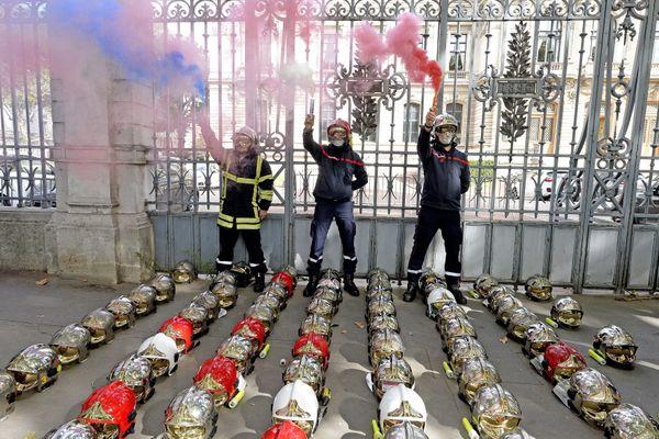 250 pompiers ont déposé leurs casques mercredi 7 octobre devant les grilles de la préfecture du Rhône. Ils dénoncent les agressions à répétition.