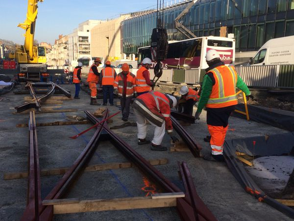 Pose des premières rames du tram devant le futur Centre des Congrès d'Angers