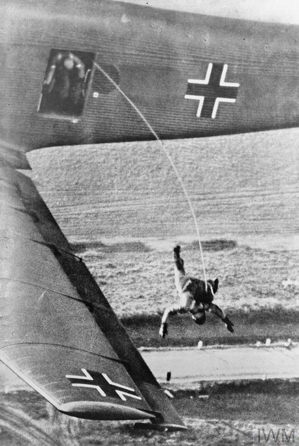 Un parachutiste allemand largué sur les Pays-Bas, le 10 mai 1940.