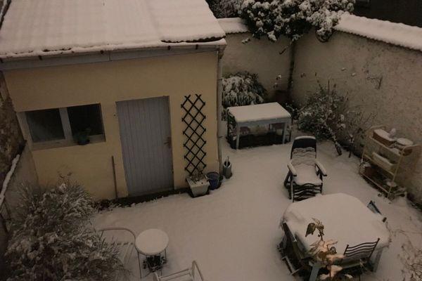 Une cour recouverte d'une épaisse couche de neige.