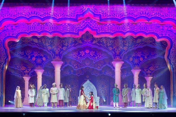 Le prince Siddartha aux pieds de son épouse Yashodara, interprétée par Océane Berland.