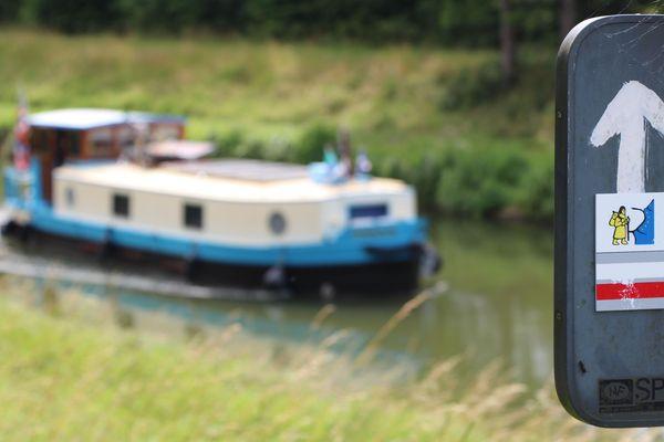 La Via Francigena longe le canal de Savoyeux, qui permet aux plaisanciers de couper une boucle de la Saône
