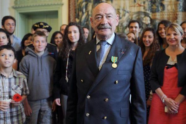 Joseph Weismann entouré de proches et d'amis dans un salon de la préfecture de la Sarthe vient de recevoir la médaille des Évadés