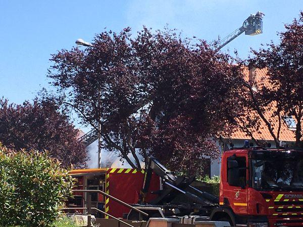 L'incendie a mobilisé 47 sapeurs-pompiers et une vingtaine d'engins dont des moyens spécialisés en sauvetage et déblaiement.