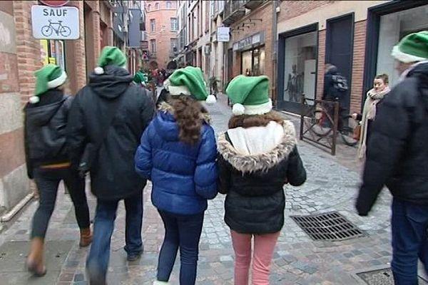 Les Pères Noël verts dans les rues de Montauban