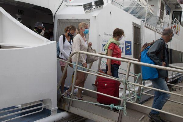 Des passagers débarquent à Ouessant, masque obligatoire pour tout le monde