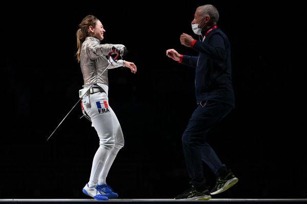Manon Brunet tombe dans les bras de son entraîneur après avoir remporté la petite finale de sabre dames aux JO de Tokyo.