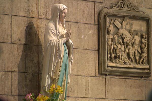 Toutes les statues n'ont pas repris leur place dans l'église, certaines sont encore en cours de restauration.