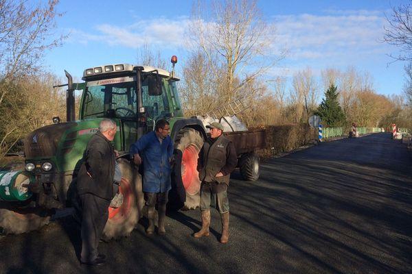 Des agriculteurs sont venus mesurer, ce jeudi, le pont rénové pour savoir s'ils pourraient l'emprunter
