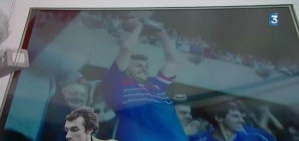 Un moment historique : Michel Platini soulève le trophée.