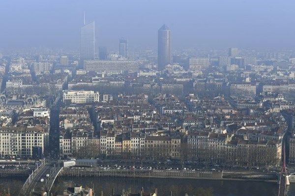 Lyon est la métropole à la plus forte densité (2 600 hab/km²) après Paris.