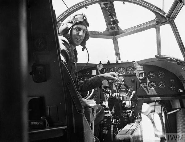 Le lieutenant William Biddell (Escadron 206 de la RAF) recevra la Distinguished Flying Cross après avoir abattu plusieurs Messerchmitt Me109, près de Dunkerque, le soir du 31 mai 1940, à bord de son Lockheed Hudson.