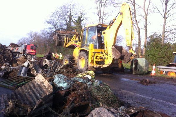 Le nettoyage de la RN 12 à hauteur de Plouisy, suite au blocage des agriculteurs