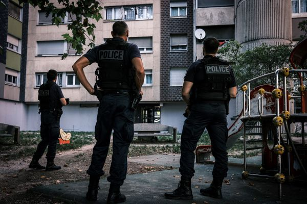Des agents police patrouillent dans le quartier Mistral à Grenoble le 4 septembre 2020