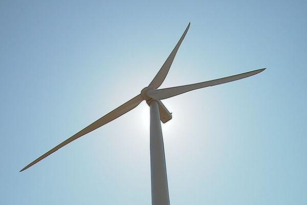 L'une des quatre éoliennes de 3MW chacune, installées sur la commune de La Chapelle-au-Mans