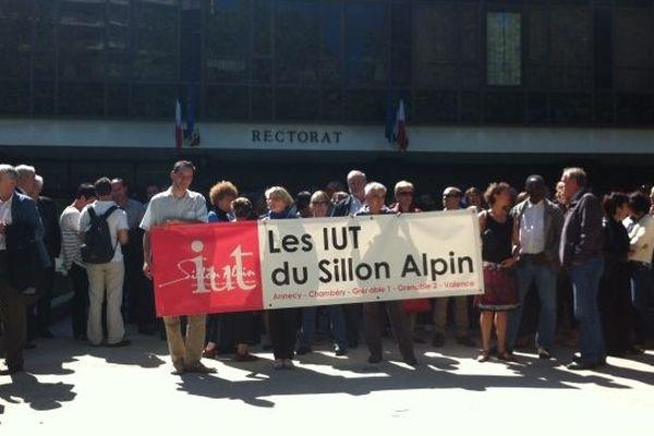 Manifestation des IUT du sillon alpin devant le rectorat