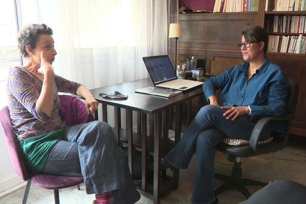 Elodie (à gauche) échange avec la neuropsychologue Véronique Gérat-Muller