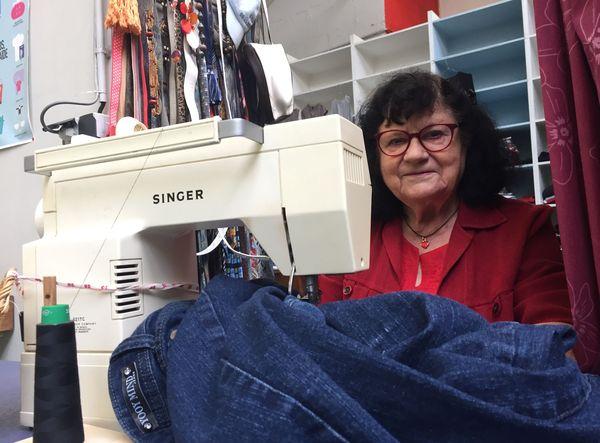 Huguette faisait de la couture sur les vêtements des bénéficiaires.