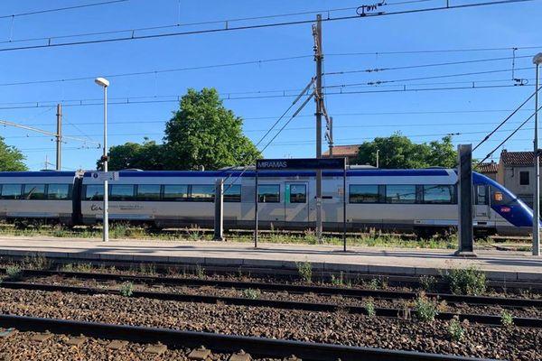 TER en gare de Miramas, Bouches-du-Rhône.