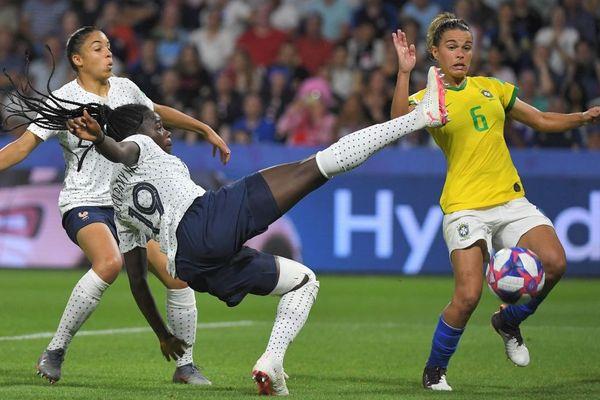 La défenseure Griedge Mbock a eu un geste salvateur lors du huitième de Finale France - Brésil de la Coupe du Monde de football - 23/06/2019