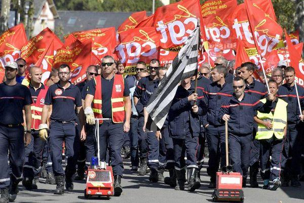 Après avoir pique-niqué environ 200 sapeurs pompiers accompagnés de quelques gilets jaunes et du personnel hospitalier ont défilé devant le congrès national des sapeurs pompiers à Vannes.
