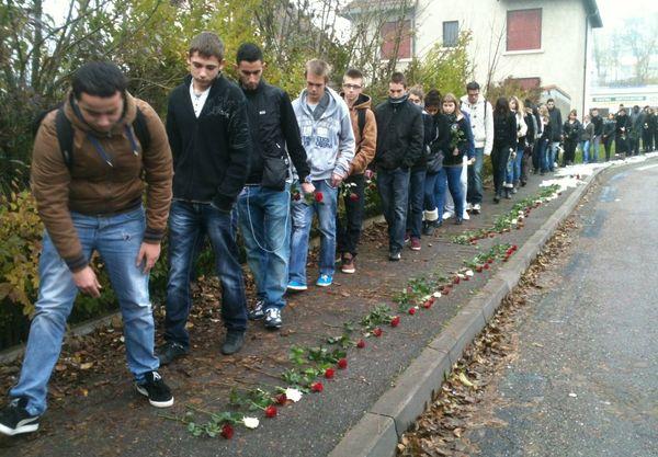 Les élèves parsèment de roses le parcours jusqu'à la grille du lycée