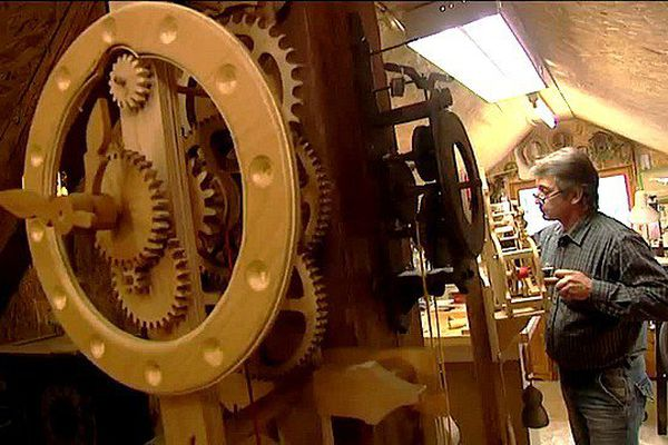 Christian Vergne fabrique des horloges en bois en Corrèze