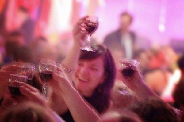 On chante et on boit pour manifester son enthousiasme ou sa colère, célébrer une victoire ou enterrer une défaite.