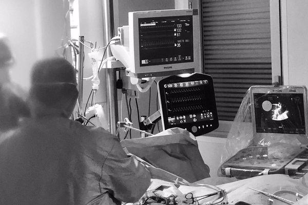Le personnel au chevet d'un patient en réanimation