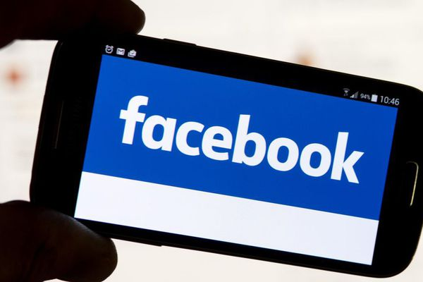 Le réseau social Facebook propose à ses utilisateurs français de dénoncer les fausses informations